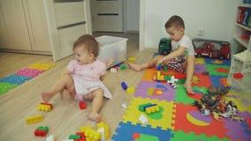 Petite fille mignonne et garçon jouant avec des briques banque de vidéos