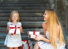 Petite fille mignonne et ses présents de participation de mère Image libre de droits