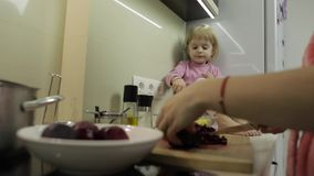 Petite fille mignonne faisant cuire avec sa mère Peu fille avec la mère ensemble banque de vidéos