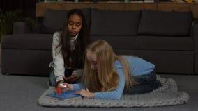 Petite fille mignonne faisant la manucure avec le vernis à ongles banque de vidéos