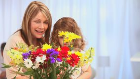 Petite fille mignonne faisant un groupe des fleurs banque de vidéos