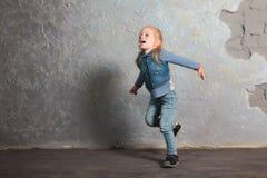 Petite fille mignonne feignant pour voler Pose et jouer Images libres de droits