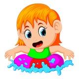 Petite fille mignonne flottant dans un anneau dans une piscine illustration de vecteur