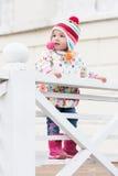 Petite fille mignonne heureuse pour une promenade Photos libres de droits