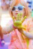 Petite fille mignonne heureuse sur le festival de couleur de holi Photos stock