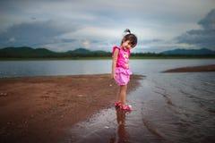 Petite fille mignonne jouant au beau lac Photos stock