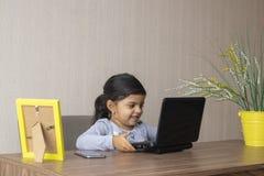 Petite fille mignonne jouant au bureau photos stock