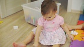Petite fille mignonne jouant avec Toy Bear à la maison banque de vidéos