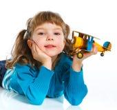 Petite fille mignonne jouant avec un avion de jouet Images libres de droits