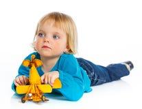 Petite fille mignonne jouant avec un avion de jouet Photo libre de droits