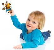 Petite fille mignonne jouant avec un avion de jouet Photo stock