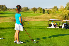 Petite fille mignonne jouant le golf sur un champ extérieur Photo libre de droits