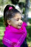 Petite fille mignonne le jour de pré au printemps photo libre de droits