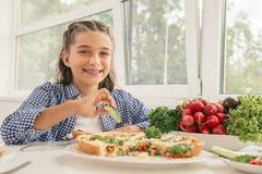 Petite fille mignonne mangeant le repas sain images stock