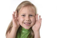 Petite fille mignonne montrant le visage aux parties du corps apprenant le serie de diagramme d'école Photo stock