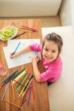 Petite fille mignonne, photo de dessin avec des crayons à la maison photos libres de droits