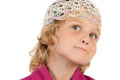 Petite fille mignonne posant pour l'appareil-photo Images stock