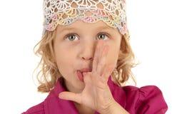 Petite fille mignonne posant pour l'appareil-photo Images libres de droits