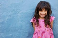 Petite fille mignonne regardant l'appareil-photo et le sourire Image stock