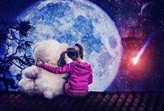 Petite fille mignonne s'asseyant avec l'ours de jouet Photos libres de droits