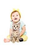 Petite fille mignonne s'asseyant avec le chaton Photos stock