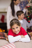 Petite fille mignonne se penchant sur le divan Photo libre de droits
