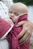 Petite fille mignonne sleaping dans l'élingue. images libres de droits