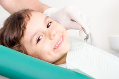 Petite fille mignonne souriant à la clinique dentaire image stock