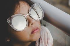 Petite fille mignonne souriant avec des lunettes de soleil photographie stock libre de droits