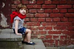 Petite fille mignonne sur l'escalier Photographie stock