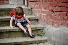 Petite fille mignonne sur l'escalier Photo libre de droits