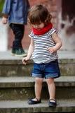 Petite fille mignonne sur l'escalier Photos libres de droits