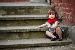 Petite fille mignonne sur l'escalier Photos stock