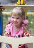 Petite fille mignonne sur la cour de jeu extérieure. Photos libres de droits