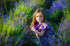 Petite fille mignonne sur le pré en jour d'été images stock