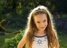 Petite fille mignonne sur le pré en jour d'été Photo stock