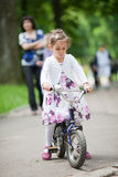 Petite fille mignonne sur le vélo Images libres de droits