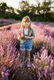 Petite fille mignonne tenant un bouquet de lavande Photographie stock