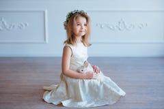 Petite fille mignonne tenant un lapin Ressort et portrait de Pâques de bel enfant avec le lapin Photographie stock
