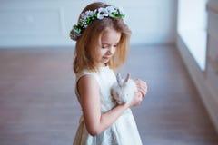 Petite fille mignonne tenant un lapin Ressort et portrait de Pâques de bel enfant avec le lapin Photo stock