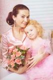 Petite fille mignonne, un enfant dans une robe avec la mère photos stock