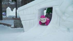 Petite fille montant la petite glissière de glace banque de vidéos