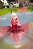 Petite fille montant vers le haut la glissière Photos libres de droits