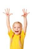 Petite fille montrant des mains avec le symbole et rire de sourire. Image stock