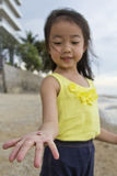 Petite fille montrant la coquille Image stock