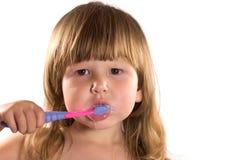 Petite fille nettoyant ses dents Photo stock