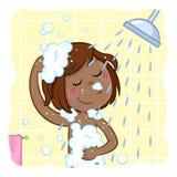 Petite fille noire adorable shampooing ses cheveux de brun foncé illustration de vecteur