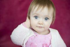 Petite fille observée bleue photographie stock