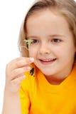 Petite fille observant le miracle de la durée Image libre de droits