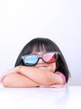 Petite fille observant les films 3D Photos libres de droits